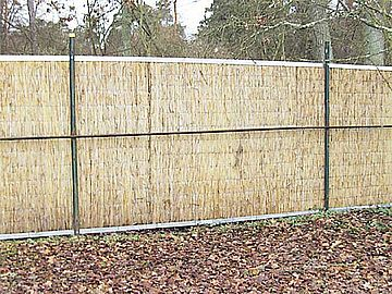 The fence has been fixed at some distance from the ground so that the moisture cannot promote the rotting process.